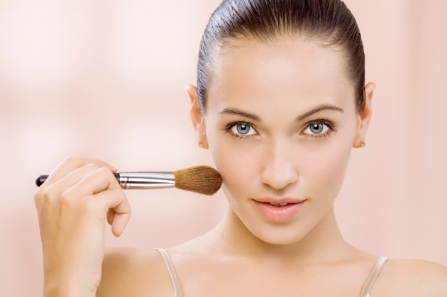 Lo mejor del maquillaje es que nos vemos más bonitas, nos sentimos mejor. Esto es porque se pueden esconder muchas imperfecciones que van desde impurezas en la piel, acné, por la edad,  ojeras muy pronunciadas, cicatrices, y podemos corregir algunos rasgos para que nuestro rostro aparezca más armonioso y que mejor que con un buen utensilio para esto.