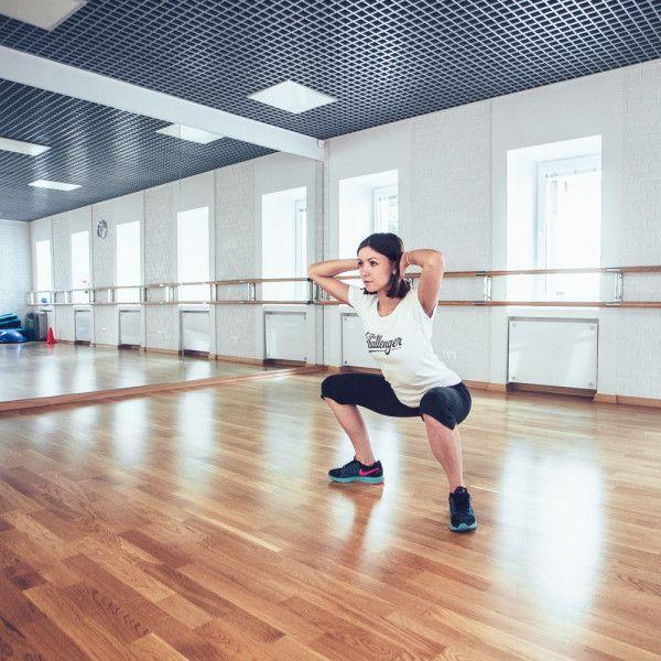 Есть такие типы упражнений, которые мы настоятельно рекомендуем включить в свои еженедельные тренировки: они очень эффективные и простые в исполнении. Но только на первый взгляд. Сейчас расскажем, как делать правильные приседания — одно из самых важных упражнений на свете.