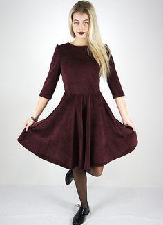 Mittellanges, schlichtes Kleid in A-Linie aus Samt für Feste bei der Familie / simple but elegant dress with midi length made of dark red velvet made by Cyroline via DaWanda.com