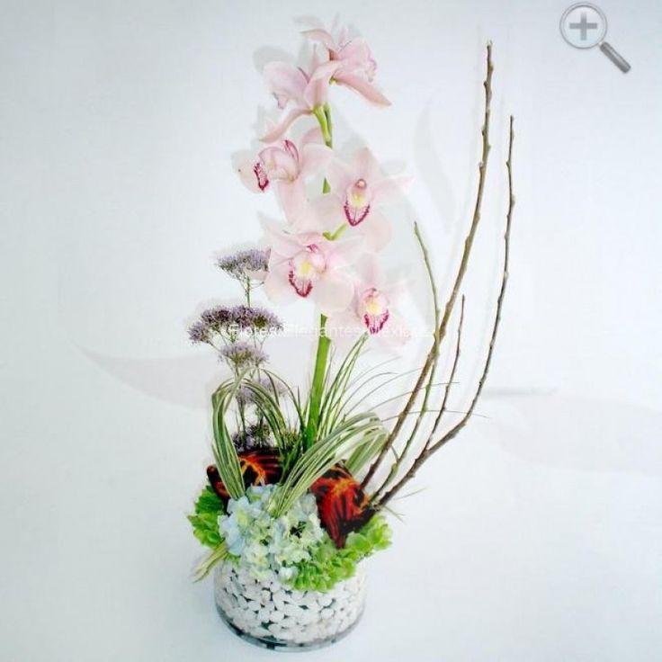 ¿Qué mejor que unas hermosasorquídeaspara felicitar a un ser querido, agasajar a mamá o expresarle nuestro amor a esa persona tan especial?Este arreglo floral de 7 orquídeas enbase de vidrioincluye unapiedra decorativaque le da un toque de sofisticación y mi