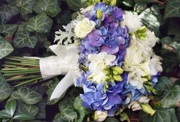 Romantyczna biało niebieska wiązanka z hortensji dla Panny Młodej.