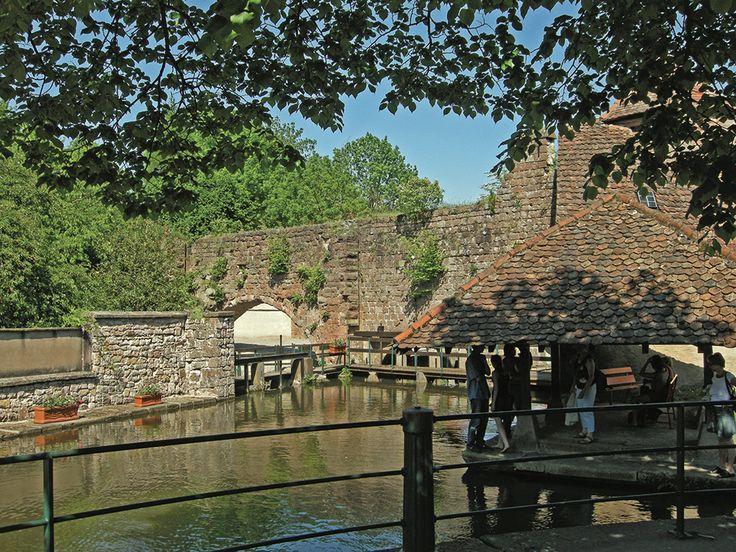 Pont et canaux de la cité fortifiée.