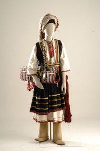 Γυναικεία ενδυμασία Έμπονα Ρόδου Νυφική και γιορτινή ενδυμασία του χωριού Έμπονας Ρόδου. Η φορεσιά του Έμπονα αποτελείται από δύο τύπους πουκάμισου, πάνω από τα οποία φοριέται το φαρδύ, σουρωτό και από μαύρο σατέν βαμβακερό ύφασμα φουστάνι. Το φουστάνι αμάνικο, ψηλόταλο (ψηλόμεσο) και πιο κοντό από το πουκάμισο σφίγγει στην περιφέρεια με ένα ειδικά πλεγμένο μάλλινο βυσσινί ζωνάρι. Στο κεφάλι δένουν πάνω σ ένα λευκό σκουφάκι ένα μεγάλο μάλλινο σταμπωτό μαντήλι. Στα πόδια φορούν τα ποδήματα…