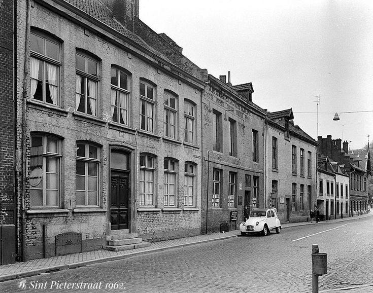 Sint Pieterstraat 1962. Deze wand verdween toen hier een verzorgingscentrum voor senioren, de Molenhof, werd opgetrokken (1970 - 1972)