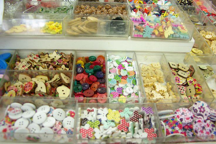 Boutons en bois colorés au couleurs de l'été. Disponibles au rayon Mercerie de votre magasin Ellen Décoration.