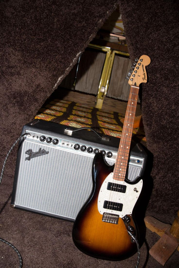 Nothing makes a Sunday like spending it with a #Sunburst #FenderOffset Mustang