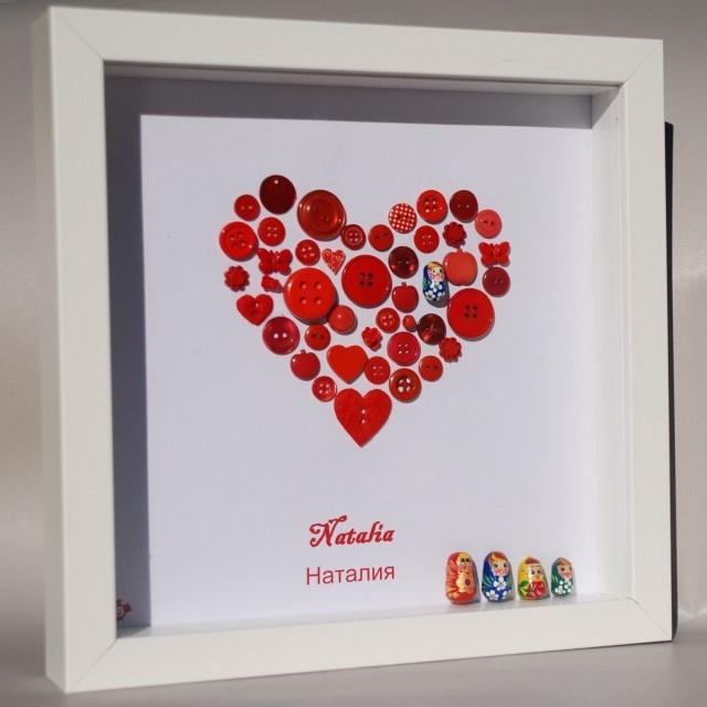 Poupées Russes... Les poupées russes, des boutons et des perles rouges avec le prénom écrit en russe & en français.    Un cadre très typé, idéal pour une ambiance slave dans une chambre, de couleur rouge vif, original en cadeau de naissance ou d'anniversaire.