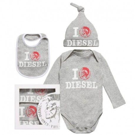 SET BOX NEONATO DIESEL BABY Set box da neonato della Diesel composto da tre pezzi in un elegante confezione regalo. Il set box Diesel Baby è composto da un body a manica corta, un cappellino e un bavaglino, un completino Diesel Baby per tutte le occasioni. #diesel #dieselkid #setbox #kitbox #body #cappellino #bavaglino #bodysuit #hat #bid #boy #baby #kid #junior #neonato #bebè #child #children #abbigliamento #clothing #shoponline #ecommerce #fashion #moda #saldi #sconti #promozioni