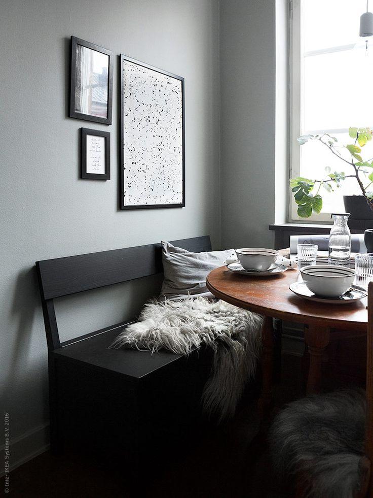 SÄLLSKAP soffbänk med förvaring är både snygg och praktisk! Komplettera med en härlig fårfäll för en skön sittplats att krypa upp på intill matbordet.