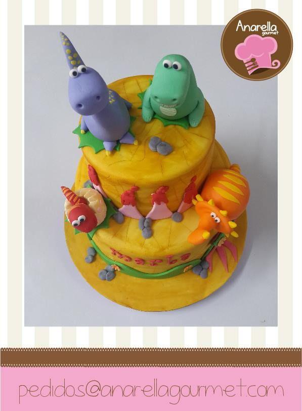 Unos temibles dinosaurios hechos en azúcar sobre la dulce torta de cumpleaños de la pequeña Marla  #dinocake #dinosaurios #birthdaycake https://www.facebook.com/photo.php?fbid=657715760932250&set=a.341607735876389.67998.230691146968049&type=3&src=https%3A%2F%2Ffbcdn-sphotos-g-a.akamaihd.net%2Fhphotos-ak-xap1%2Ft1.0-9%2F10314576_657715760932250_7432557234661483980_n.jpg&size=597%2C812