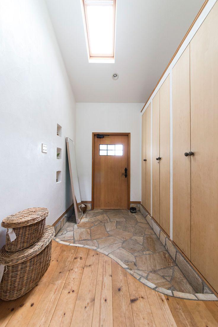 天井などからの採光で明るさを確保した玄関。シューズクローゼットもたっぷりの収納力。
