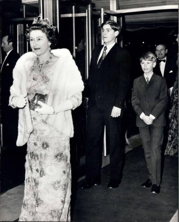 b348b306d6ae5 1974  Queen Elizabeth mit ihren Söhnen Prinz Andrew und Prinz Edward bei  der Premiere des