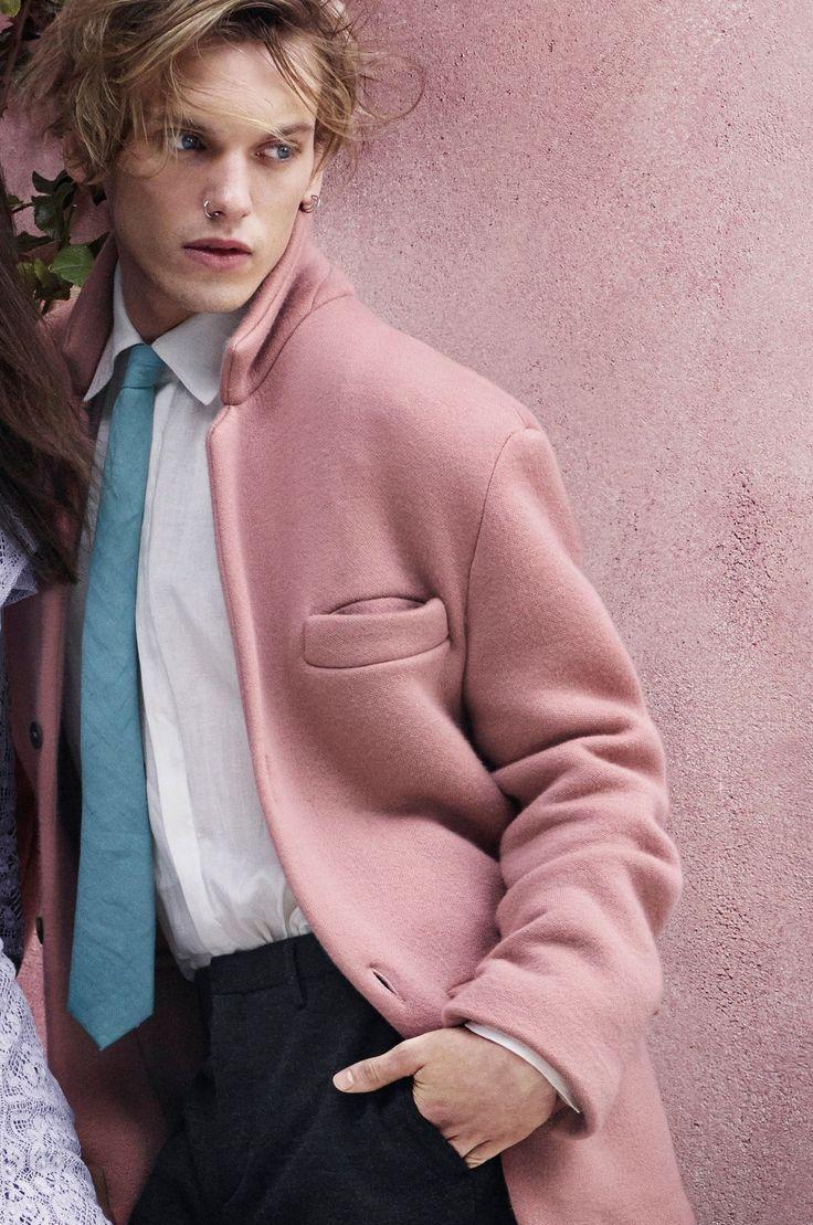 ピンクのジャケットを羽織ったジェイミー・キャンベル・バウアー