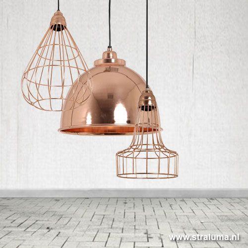 Deze prachtige koperen draadlamp is helemaal de trend van nu. Deze bijzondere koperkleurige hanglamp kun je niet missen, door zijn strakke peer vormgeving en koperkleur is het een bepalend element in je huiskamer. Samen met andere accessoires in koperkleur een stijlvol en modern geheel.