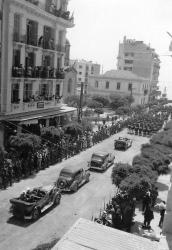 Η πομπή του βασιλιά Γεωργίου του Β', την 22 Ιουνίου 1936, στην οδό Αγίας Σοφίας.