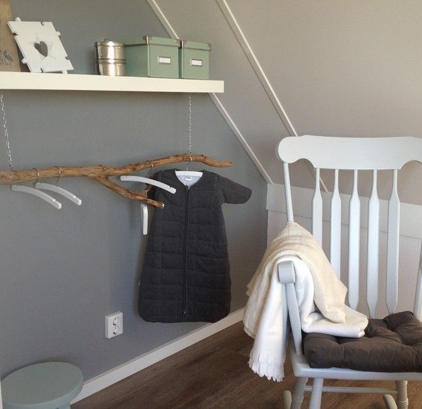 Een stoere tak uit het bos, als kledingrek in de babykamer. Leuk in combinatie met grijs/wit en oud-groen.