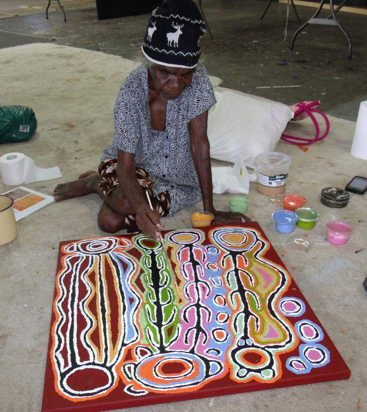 Judy Watson Napangardi est un petit bout de femme d'une énergie incroyable que l'on retrouve dans son œuvre, toute entière dédiée à son site spirituel, Mina Mina, ensemble de lacs salés et lieu d'une extrême importance pour son peuple, les Warlpiri. La...