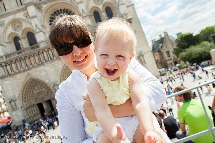 Любимая Леночка @melamissima 👸и леди Ю 👼, которой чуть больше года ! Нотр-Дам де Пари 💒. Париж. 14 августа 2013. #леди_ю#юлиана#юси_гуси#детскийфотограф#ведищев#семейныйфотограф#vedishchev#париж#франция#семья#репортаж
