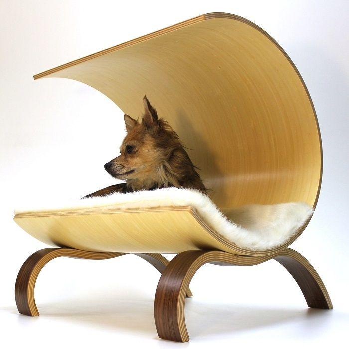 ワンコにもモダンデザイン好きな飼い主にも喜ばれる犬用ベッドがこの『ドッグ・ポッド』。美しい湾曲が目を引くシェルター型のベッドでワンコたちも安心してお昼寝を楽しむことが出来ます。木の素材は足の部分とシェルター部分、別々に選ぶことができ、それらの素材は竹、桜、ウォールナット(くるみの木)、楓、ウェンジ、松の6種類。こちらの写真はシェルター部分が竹、足の部分がウォールナット。