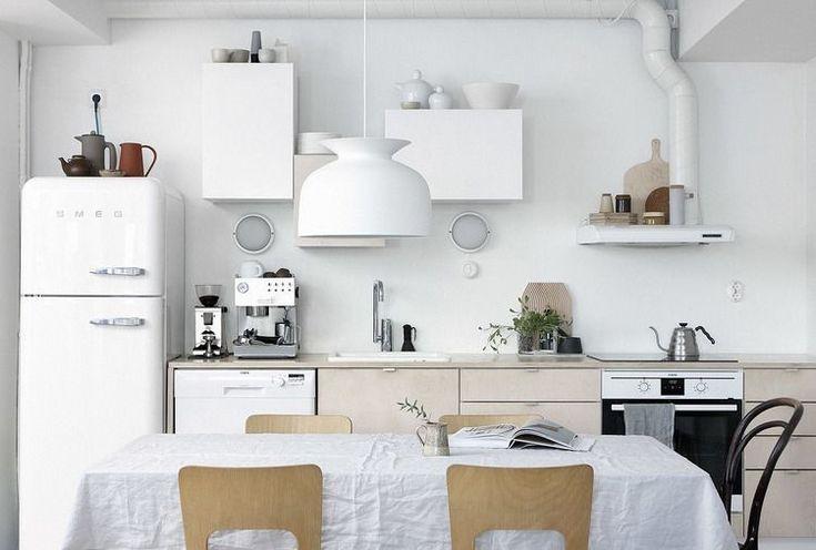 Amenajare bucatarie alba mobilier modern smeg frigider dulapuri