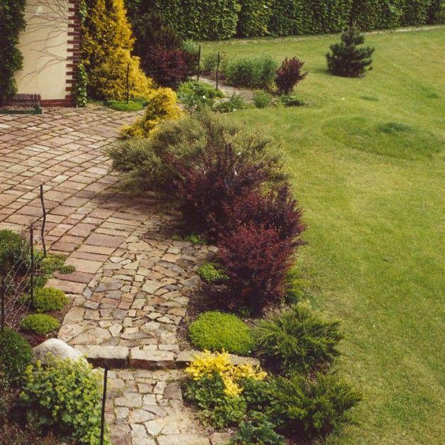 Nawet na dużej działce warto zadbać, aby mała architektura ogrodowa i nasadzenia roślinne nie przytłaczały bryły budynku. Fot. Pracownia Sztuki Ogrodowej