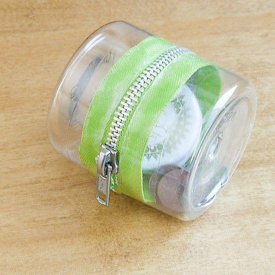 Petite boite zippée, avec duex fonds de bouteille en plastique. Little zipped container from two plastic bottle ends.