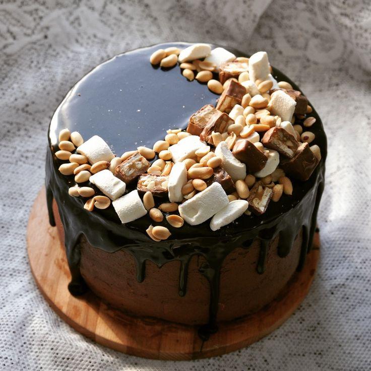 Очень вкусный торт. Внутри влажные шоколадные коржи, мусс из соленой карамели, карамелизованый арахис, маршмеллоу, ганаш из темного шоколада, зеркальная глазурь.