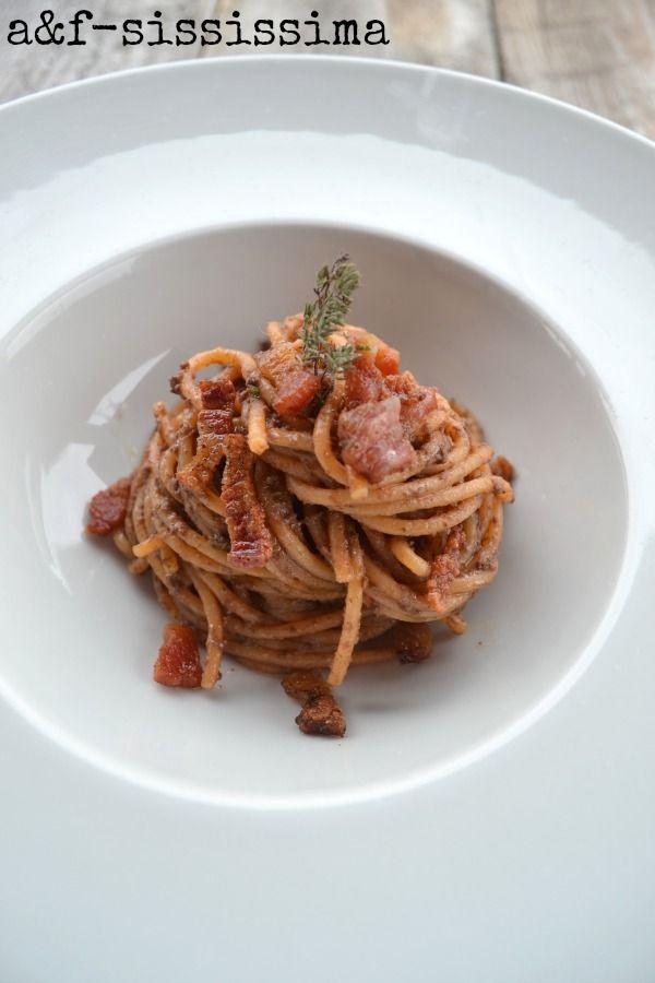 spaghetti con olive nere e guanciale croccante