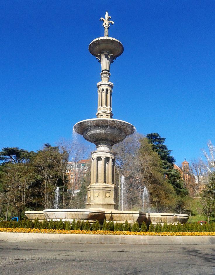 Parque de La Tinaja (Parque del Oeste), bajando desde Argüelles por Marqués de Urquijo, atravesar Pintor Rosales y bajar por Francisco y Jacinto Alcántara.