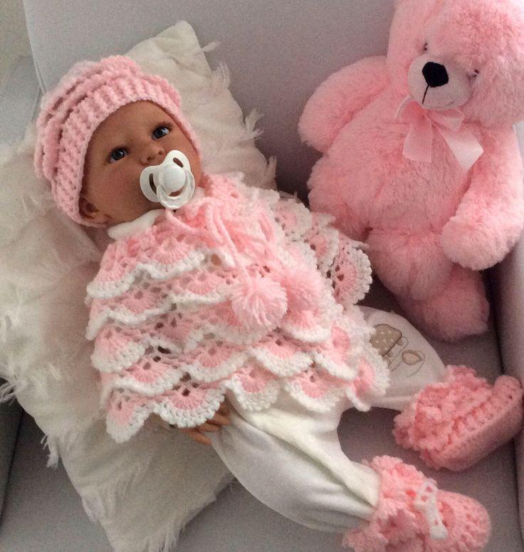 Blij om mijn nieuwste toevoeging aan mijn #etsy shop te kunnen delen: Baby poncho, beanie en slofjes,babysetje roze met wit, V-halsje 0-6 maanden, kraamcadeau, koordje met pompoentjes. Baby feestje, Babyshower. #kleding #kinderen #meisje #roze #babyfeestje #wit #kerstmis #babyponcho #babymeisjekleding