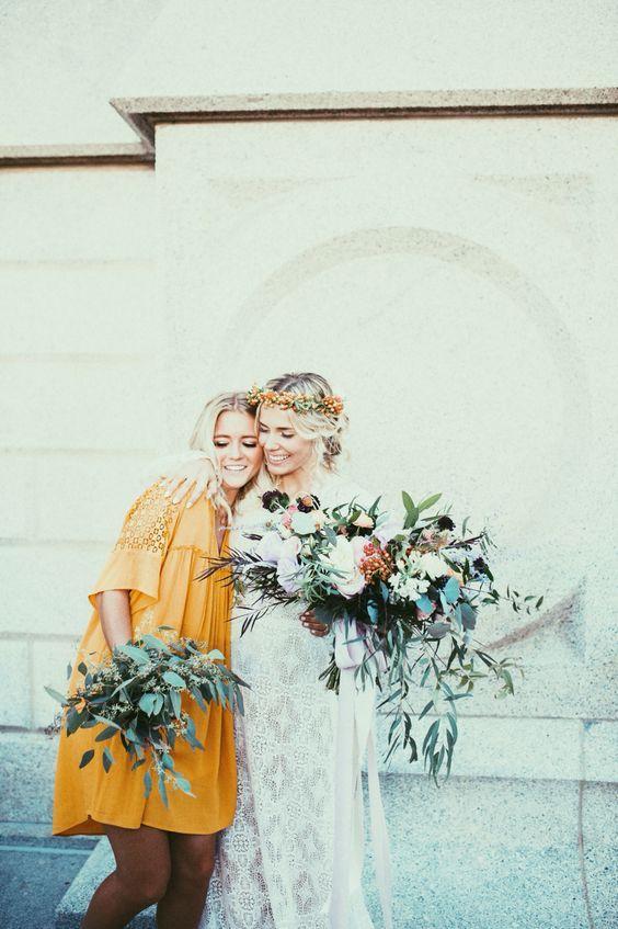 mariee et demoiselle look jaune moutarde mariage ete indien