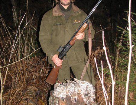 Осенняя охота на рябчика  Охота - достаточно распространенный вид увлечения в России, особенно на рябчика. Рябчик обитает в хвойных, лиственных и смешанных лесах. Вы не встретите его в сосновом бору и заболоченном сосняке. Эта птица довольно распространена в России, за исключением Камчатки. Более привлекательными местами для рябчиков в лесу считаются заросшие овраги, ягодники, вблизи которых есть обнаженные песчаные россыпи и небольшие водоемы. Наличие песчаника не случайно. Мелкие камешки…