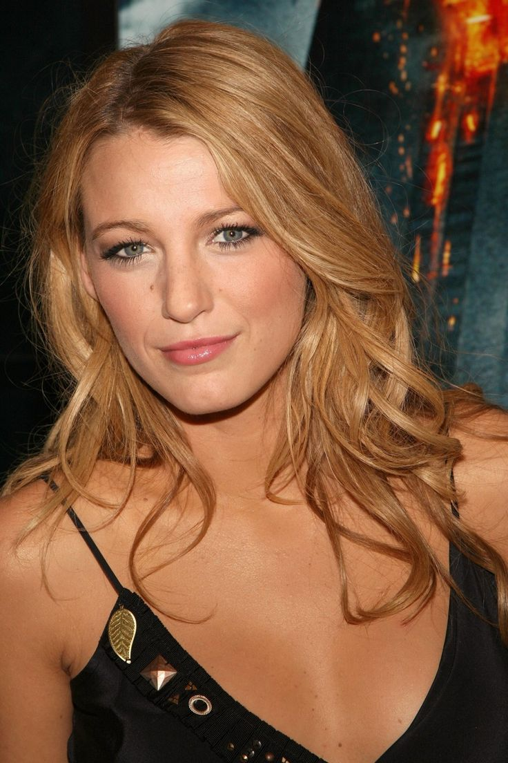 Blake Lively wears a no makeup look with natural tones. Photo: Shutterstock.com