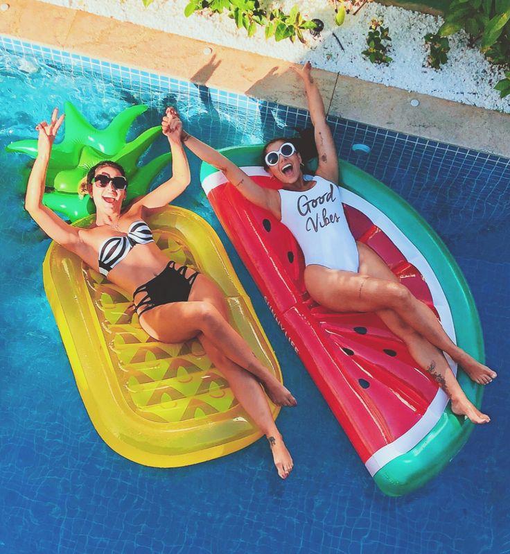 Amigas na piscina ❤️ bóias divertidas | Evelyn Regly | Fotos melhores amigos, Bóias para piscina e Foto na piscina