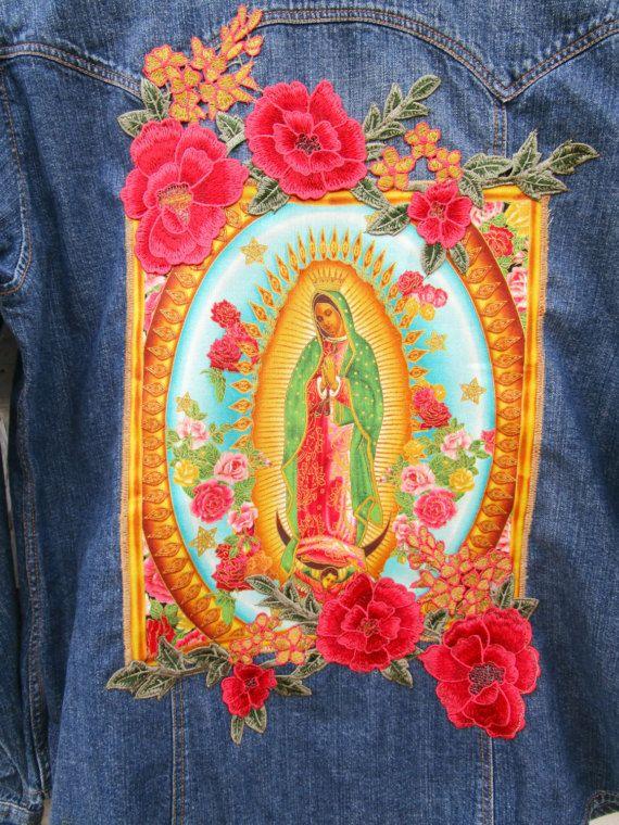 Virgen de Guadalupe Maagd Maria denim overhemd blouse, maat Large. Prachtige en iconische afbeelding van de Maagd Maria. Vererend de achterkant van een westerse denim shirt. Gehuld met kleurrijke roze bloemen appliques. Een prachtige verklaring stuk. -de grootte van grote * 25 inch lange (64cm) * 41 inch buste (104cm) * 2 borstzakken met klep * 6 snap sluiting Op zoek naar meer? Bezoek mijn website op www.emmevielle.com Onmiddellijke verzendingen; Koop met vertrouwen.