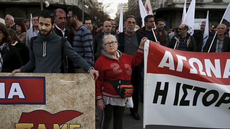 Protestos na Grécia contra a transferência de fundos de organismos públicos e autoridades locais para o banco central do país.