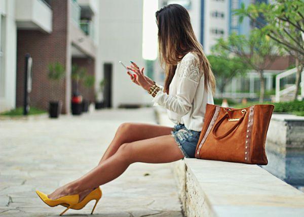 Street Style. White lace detalla shirt, Denim shorts and yellow Pointed toe heels. Beauty no High Heels #Fashion