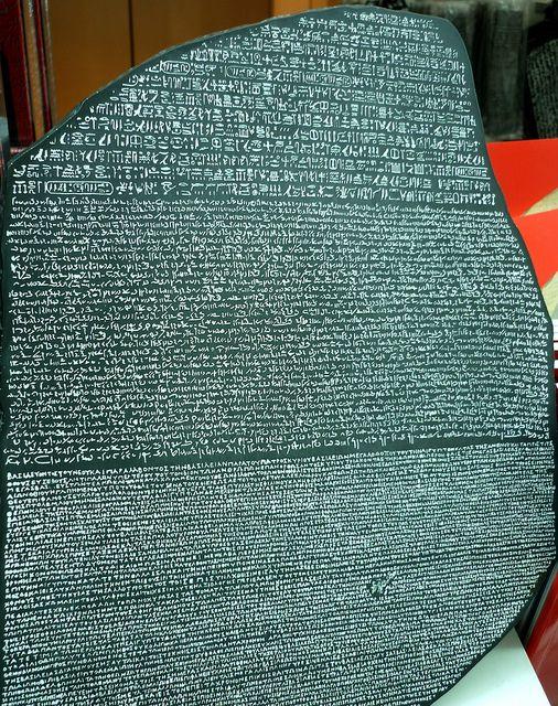 La piedra de Rosetta tiene la misma inscripción escrita en tres idiomas; jeroglíficos del antiguo Egipto, demótico y griego. Su descubrimiento en 1799