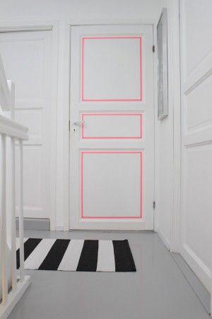 Eine schlichte Tür mit Washi Tape verschönern. Noch mehr tolle Masking Tape Ideen gibt es auf www.spaaz.de