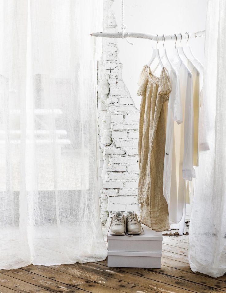 DIY tussenwandje van gordijnen  | DIY partition curtains | vtwonen 09-2016 | photography: Sjoerd Eickmans | styling: Moniek Visser