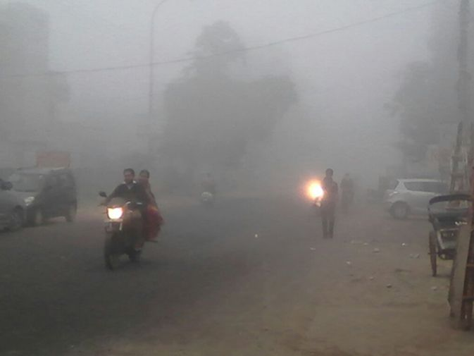 दिल्ली-एनसीआर समेत उत्तर देश के तमाम इलाकों में घने कोहरे ने दस्तक दे दी है। दिल्ली के पालम एयरपोर्ट पर तड़के मौसम बदला और यहां पर घने कोहरे ने पांव पसार लिए।