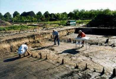 Archeologen aan het werk in de opgravingsput in Utrecht-Leidsche Rijn. Alle sporen en vondsten aan het oppervlak ('het vlak') worden gemeten en op schaal getekend