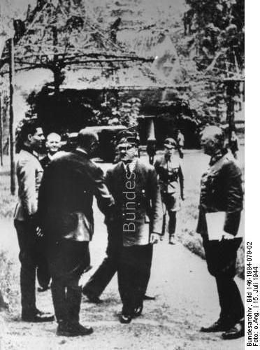 """Führerhauptquartier """"Wolfsschanze"""" bei Rastenburg, Ostpreußen.- vlnr: Claus Schenk Graf von Stauffenberg, Karl-Jesko von Puttkamer, unbekannt, Adolf Hitler, Wilhelm Keitel am 15.7.1944  Dating: 15. Juli 1944"""