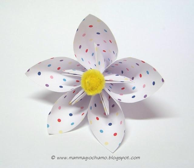 Lavoretti di Pasqua/Primavera: fiore di carta origami per la tavola.