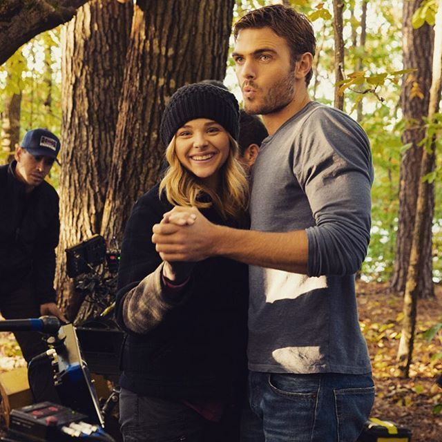 Chloe Grace Moretz and Alex Roe get snuggly on set as Cassie and Evan. Eviopeia <3 ! The 5th Wave in theaters January 22, 2016 #5thWaveMovie