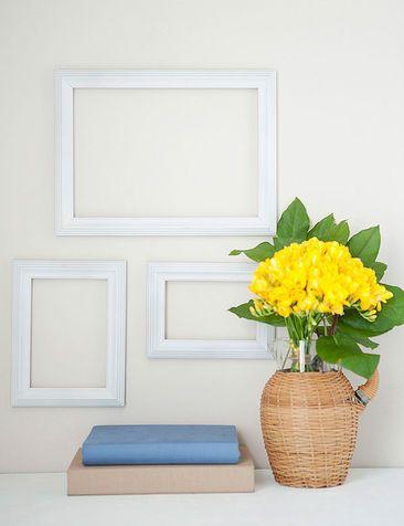 GLIFO HOME DECOR - Cornici bianche: questa semplice composizione di cornici quasi sparisce nel candore del muro.