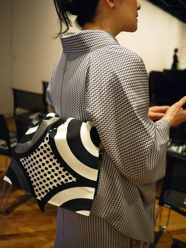 Hiroko's diary ART・KIMONO・FASHION・DESIGN 高橋理子さんの着物を着て、アクシス主催の柳家花緑さんの寄席でのトークに参加しました。この時の帯は理子さんの袋帯をお借りして、こののち同じ柄の名古屋帯を作っていただきました。2011年5月。