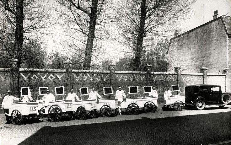 IJsfabricage, ijswagens. IJsfabriek  De Zuidpool aan de Cartesiusstraat 206-208 te Den Haag, Nederland 1932. Foto: Enkele ijsverkopers staan voor  de nieuwe ijswagens.
