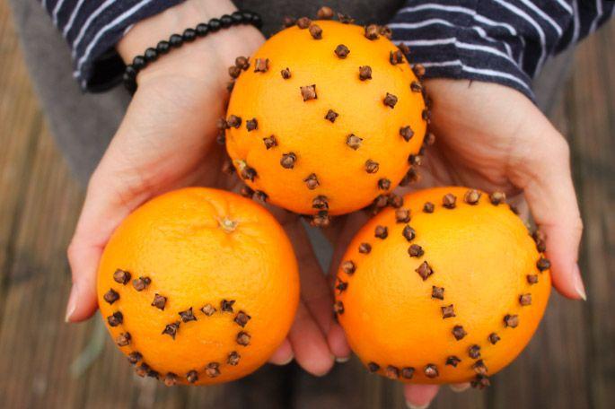 Mit Nelken gespickte Orangen sind der perfekte dekorative Raumduft. Und so geht's: Hol Dir ein Päckchen Nelken und zwei, drei frische Orangen. Das spitz zulaufende Ende der Nelken bohrst Du einfach in die Orangenschale. Stecke sie in Herzform oder erfinde Dein eigenes grafisches Muster. Achte darauf, dass Du pro Orange mindestens 40 Nelken verwendest, Übrigens eignen sich Nelken-Orangen super als individuelles Mitbringsel.  #Weihnachten #Christmas #Orange #Clove #fragrance #DIY