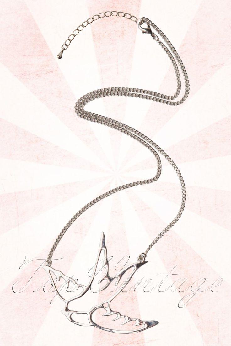 De Swallow Silhoutte Necklace Silver. Prachtig shiny zilverkleurige hanger in de vorm van een zwaluw.Deze korte zilverkleurigeketting bevat een een mooi gevormd silhouette in de vorm van een gestyleerde zwaluw. Hetperfecte accessoire voor bij jouw rockabilly outfit!  Het afgebeelde jack is niet verkrijgbaar in onze shop Gezien in Dynamite en in Belgisch tijdschrift Goed Gevoel!